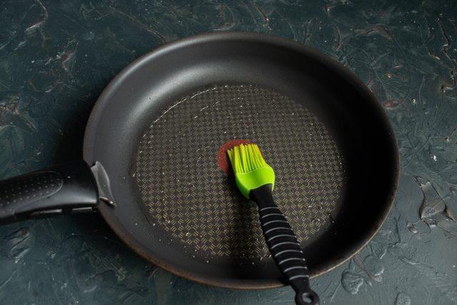 Нагреваем сковороду и смазываем капелькой рафинированного растительного масла