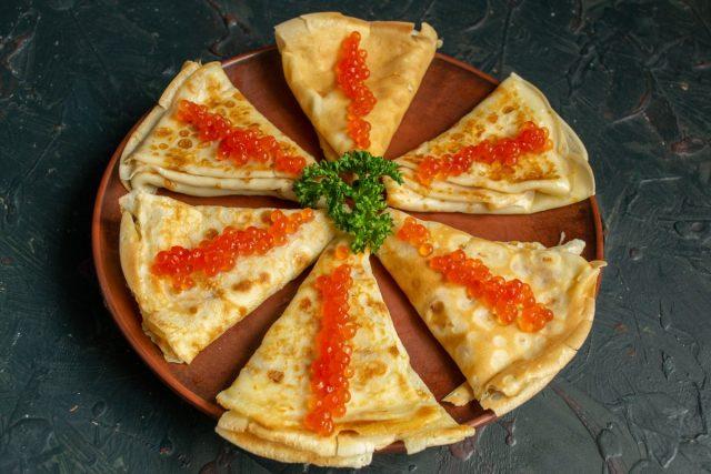 Тонкие блины с икрой и сыром готовы