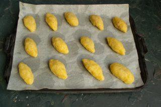 Выкладываем печенья на пергамент