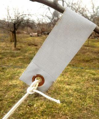 Самый лучший вариант для сгибания ветки — использовать широкие полосы крепкого синтетического материала
