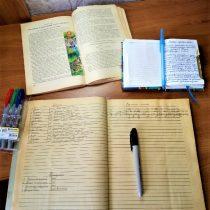 Тетрадь с записями, полезные книги - важные инструменты садовода