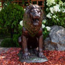 Садовая скульптура в виде льва