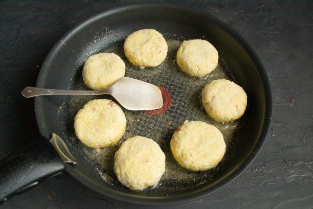 Выкладываем шайбы на разогретую сковородку