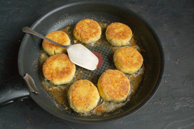 Обжариваем сырники с двух сторон