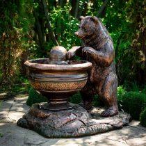 Садовый фонтан в виде медведя