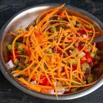 Морковь скоблим и натираем узкими полосками