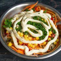 Приправляем салат и добавляем зелень