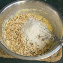 Насыпаем овсяные хлопья и пшеничную муку