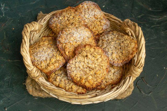 Хрустящее печенье из овсяных хлопьев с грецкими орехами готово