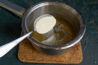 Переливаем бульон в кастрюлю, нагреваем, всыпаем манную