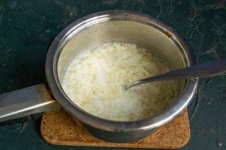 В кипящий суп вливаем смешанные яйца