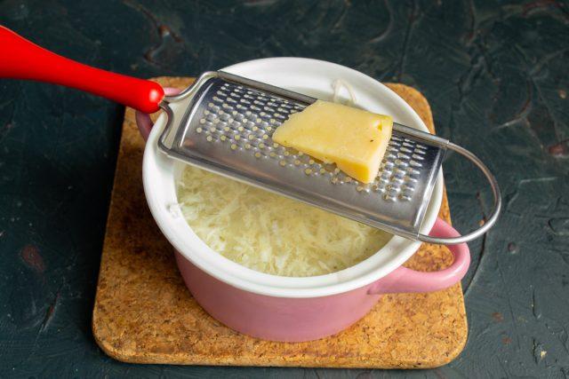 По вкусу солим и перчим суп, добавляем тёртый пармезан