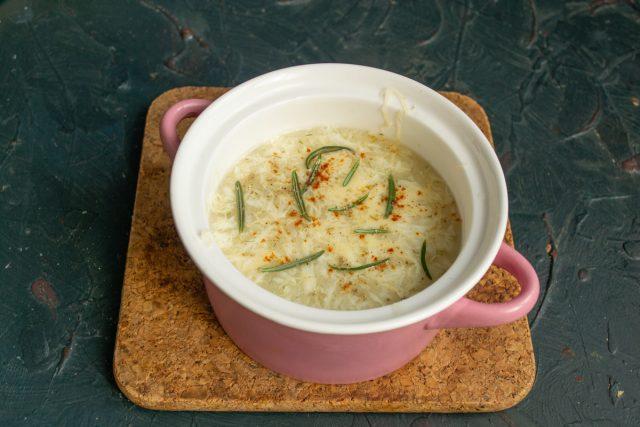Итальянский суп «Страчателла» с яйцами и сыром готов