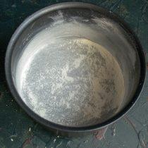 Смазываем форму размягченным сливочным маслом и посыпаем пшеничной мукой