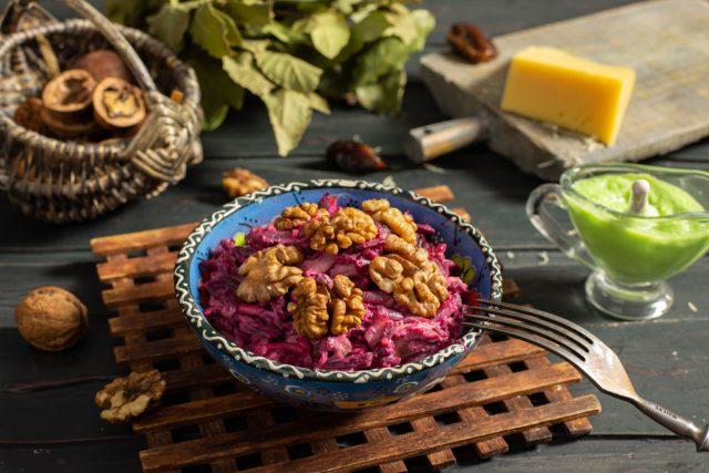 Оригинальный свекольный салат с сыром и курицей