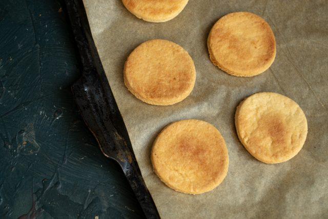 Выпекаем печенье 10 минут до золотистого цвета