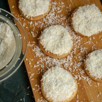 Посыпаем печенье кокосовой стружкой