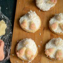 Из белого марципана лепим лапки и приклеиваем к печенью