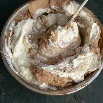 Отдельно взбиваем сливки и сахарную пудру, соединяем шоколадный крем со взбитыми сливками