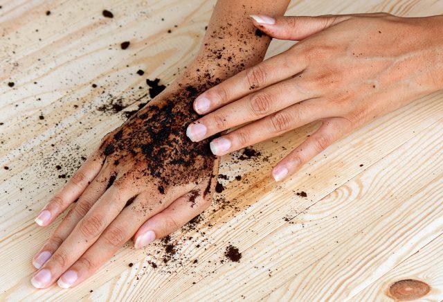 Кофе поможет отшелушить старые ороговевшие частички кожи, активизировать кровообращение и тонизировать клетки для скорейшего обновления