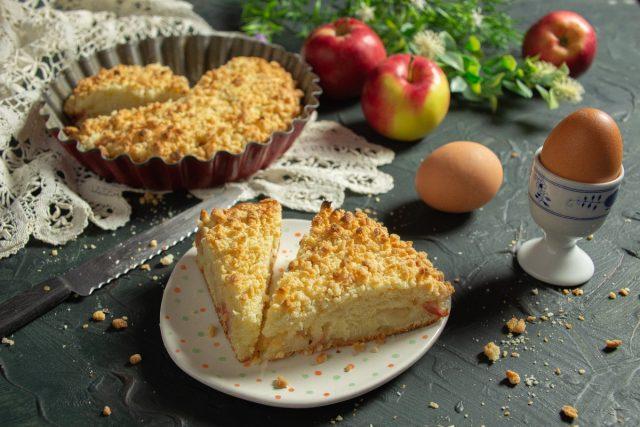 Простой яблочный пирог со штрейзелем