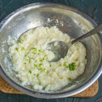 Натираем на тёрке цедру половины лайма или лимона