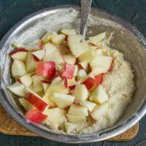 Сладкие яблоки режем небольшими кубиками, кладём в тесто и перемешиваем