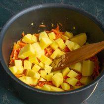 Нарезаем картофель и добавляем к обжаренным овощам