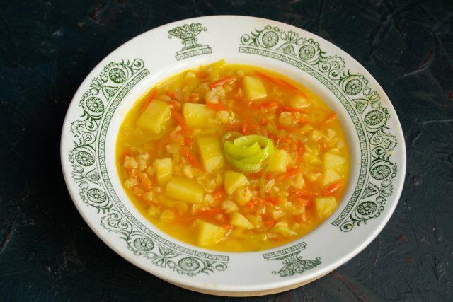 Согревающий гороховый суп на мясном бульоне готов