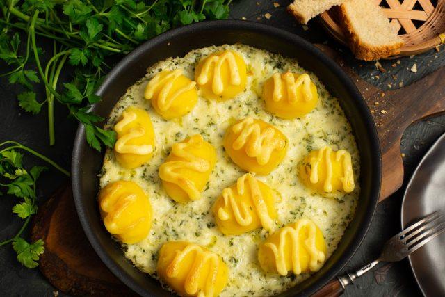 Тающая запеченная картошка с соусом в духовке