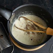 Солим и перчим, добавляем тёртый мускатный орех