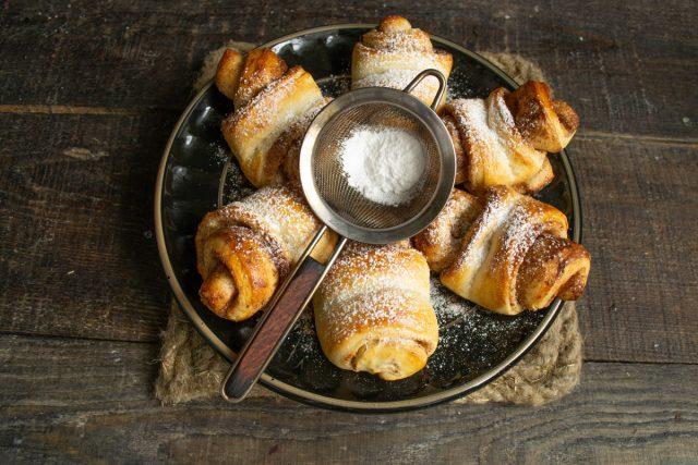 Горячие сдобные булочки с корицей и сахаром готовы