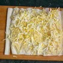 На слой сыра выкладываем слой варёных яиц
