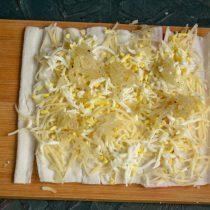 Добавляем порцию обжаренного лука в начинку