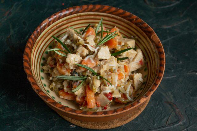 Деревенский салат с курицей и жареными грибами готов