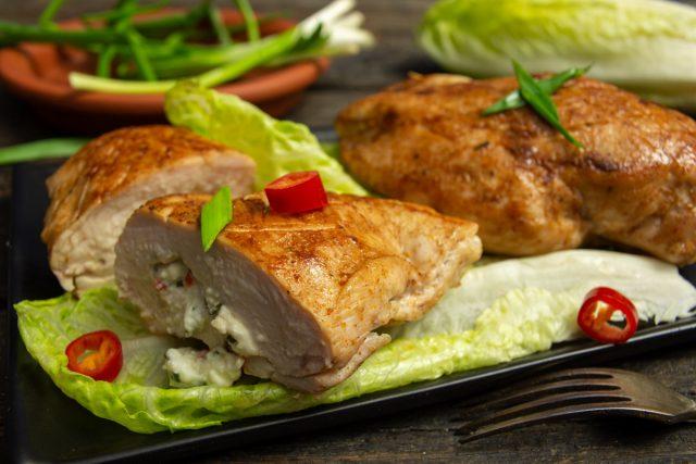 Фаршированные куриные грудки с фетой и розмарином