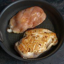 Кладём фаршированные грудки на горячую сковороду, обжариваем с каждой стороны