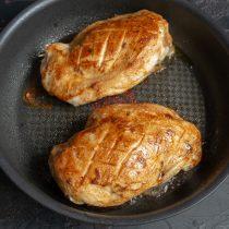 Достаём курицу из духовки, даём мясу отдохнуть