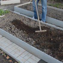 Вносим компост и подготавливаем грунт