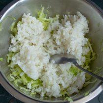 Отвариваем рис и добавляем к нарезанной капусте
