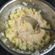 Добавляем молотые сухари из белого или цельно зернового хлеба