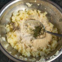 Добавляем сушеный укроп, по вкусу солим и перчим