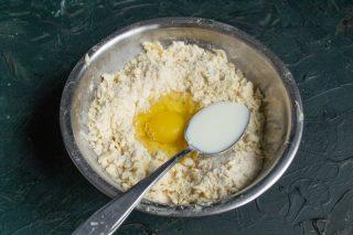 Добавляем яйцо, молоко и ванильный экстракт