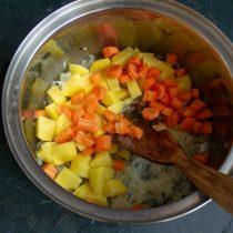 Добавляем нарезанную кружочками морковь