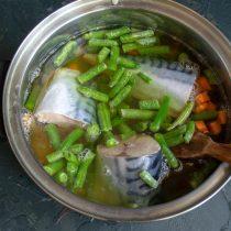 Заливаем ингредиенты овощным бульоном, после закипания солим и варим на тихом огне 30 минут