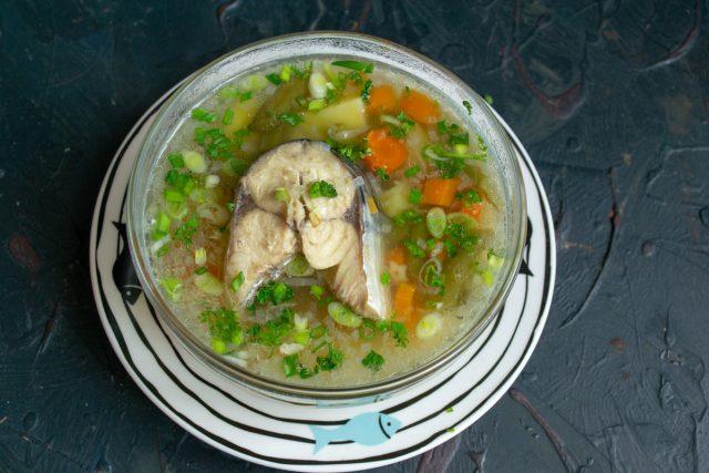 Простой рыбный суп из скумбрии со стручковой фасолью готов