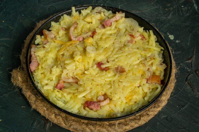 Выкладываем картофельное тесто и обжариваем рёшти