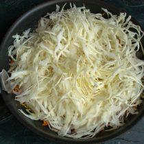 Добавляем нарезанную капусту, солим по вкусу