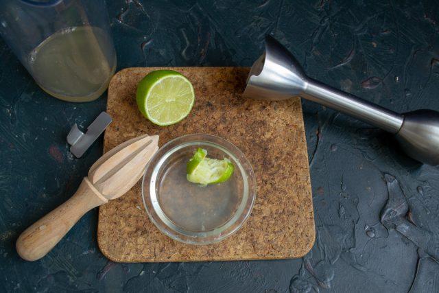 Добавляем сок лайма или лимона в стакан к аквафабе