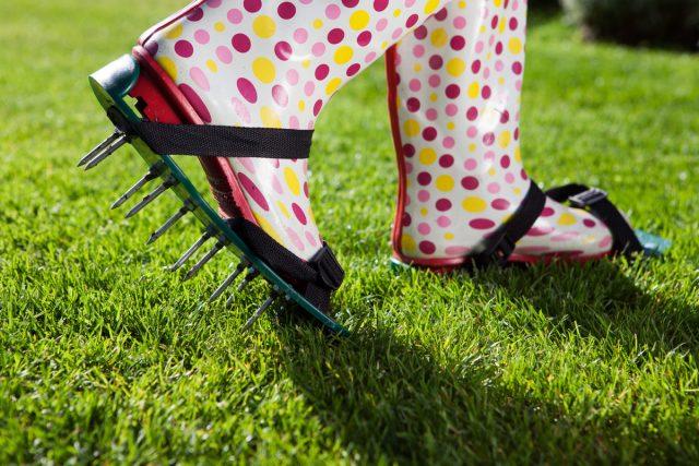 Выполнить прокалывание можно, пройдясь по газону со специальной насадкой на подошвы